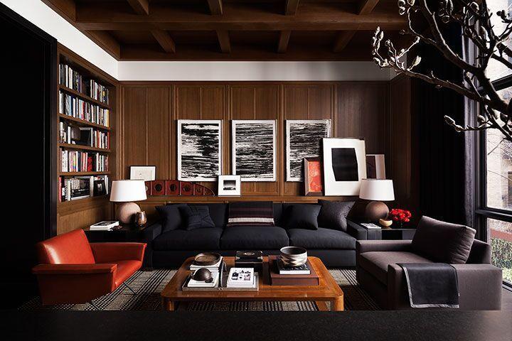 Salón elegante y lujoso con paredes de madera oscura