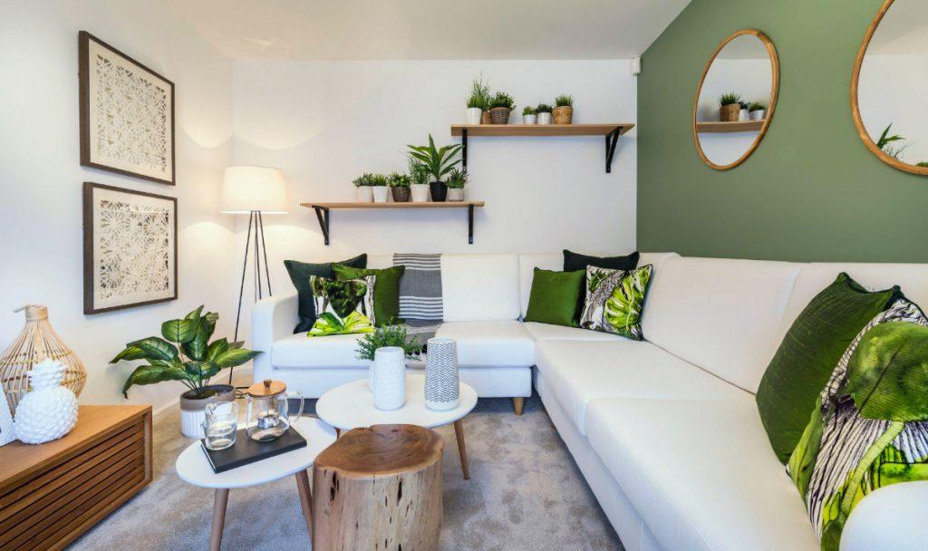 Salón en tonos blancos y verdes