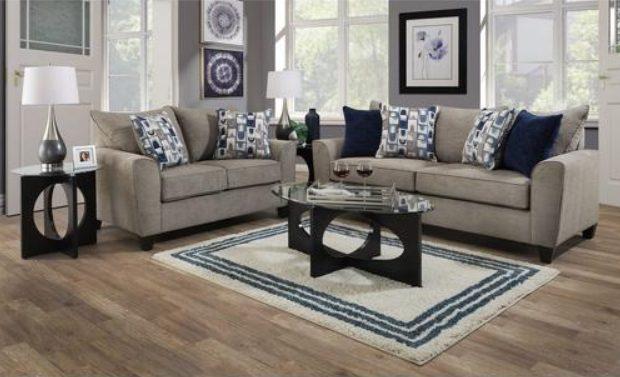 Salón gris con cojines blancos y azul marino muy elegante