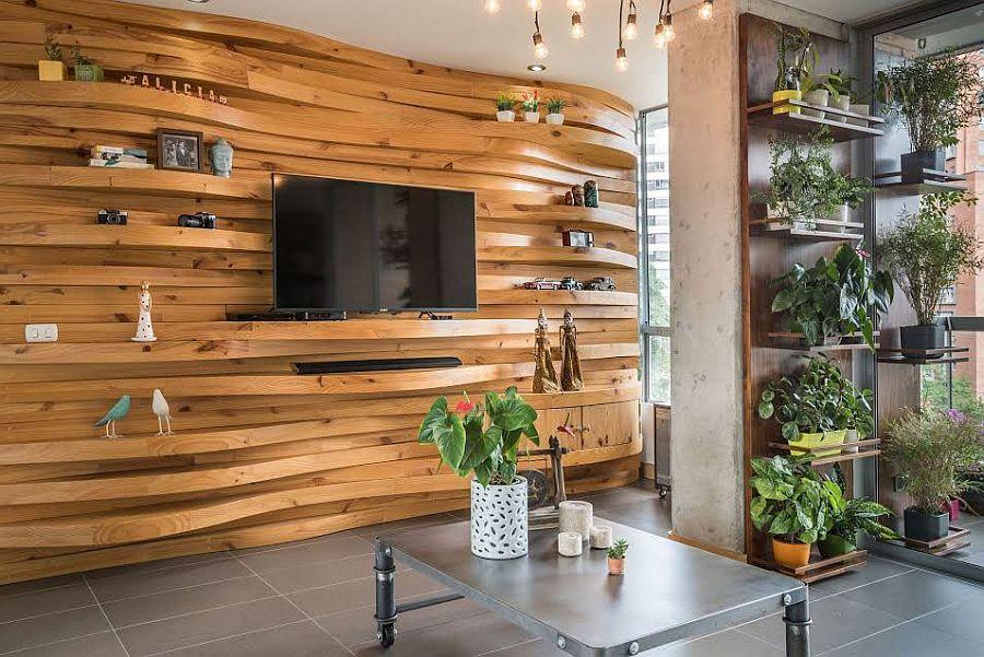 Salón lleno de plantitas y paredes de madera