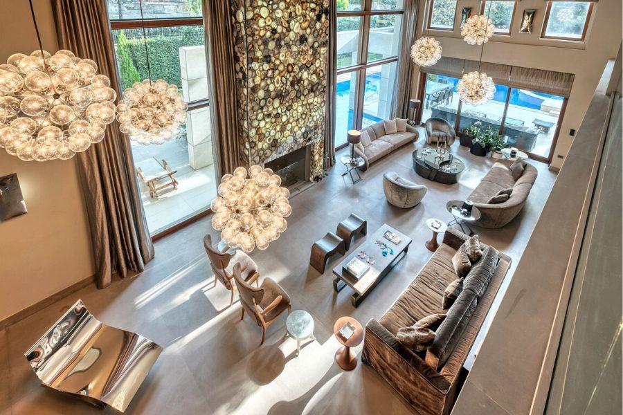 Salón lujoso con preciosas bombillas burbuja