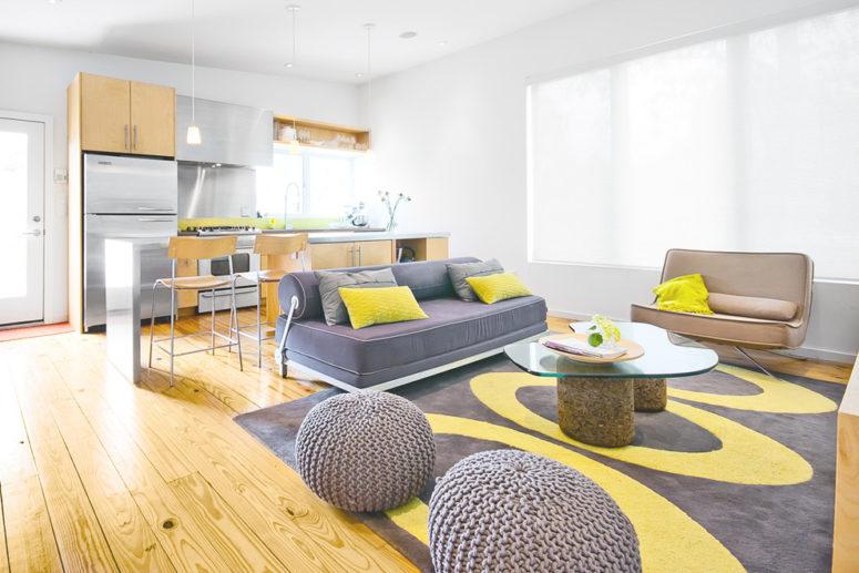 Salón luminoso con sofá gris y cojines amarillos