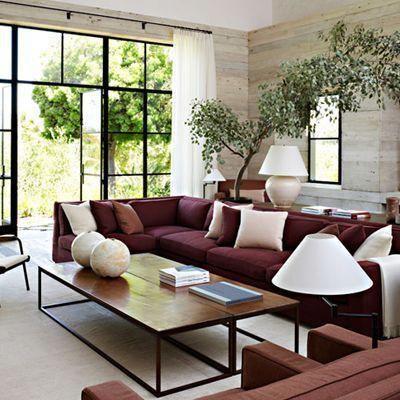 Salón moderno con sofá burdeos