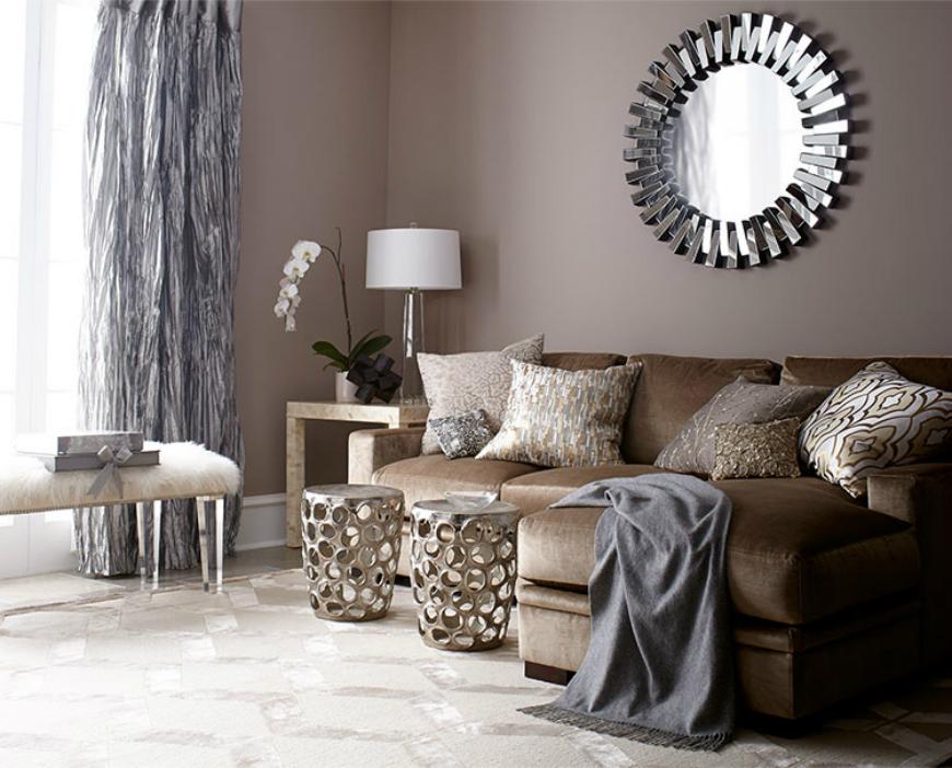 Salón pintado de Beige con muebles marrones