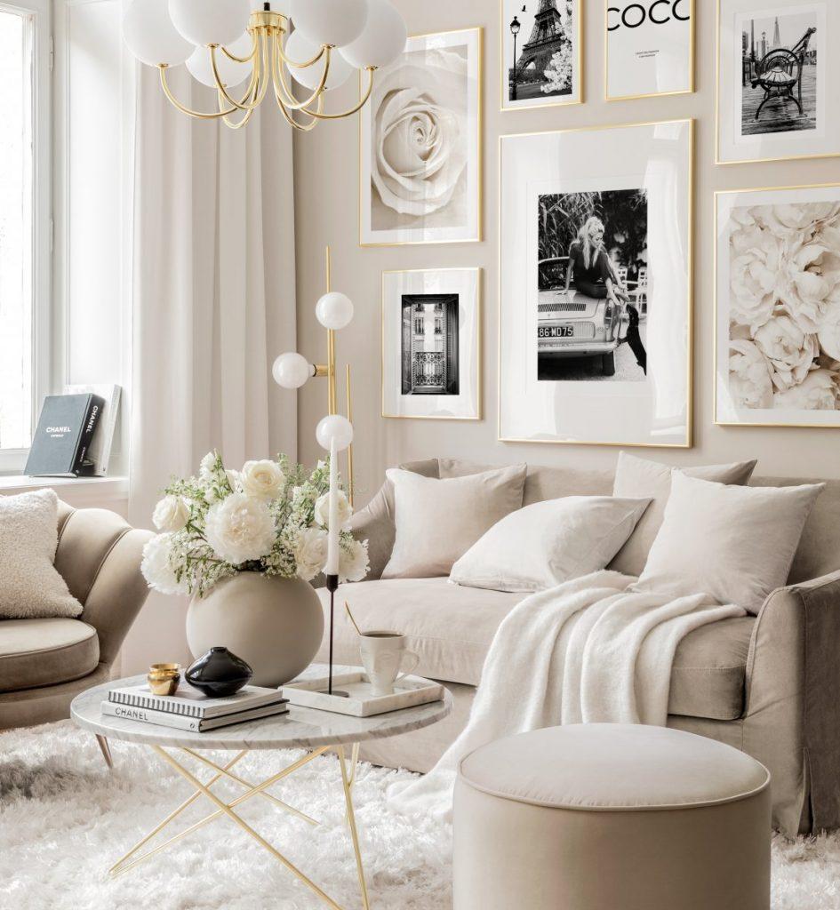 Salón pintado de beige con un toque romántico