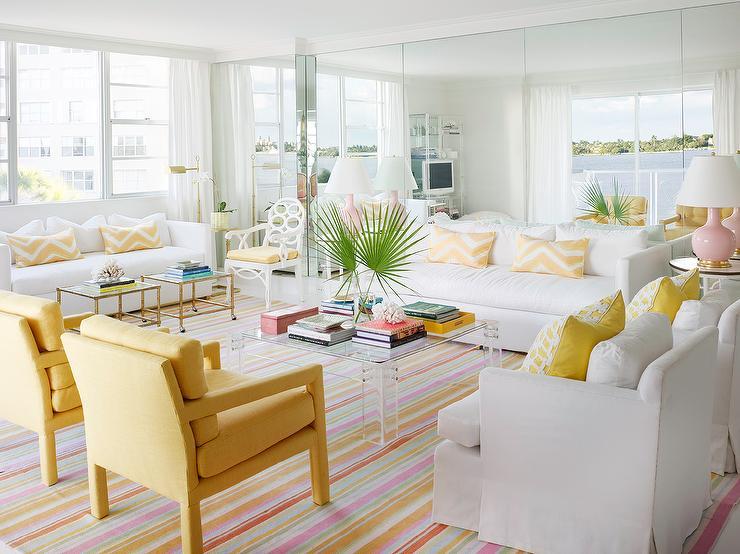 Salón playero en blanco y amarillo claro