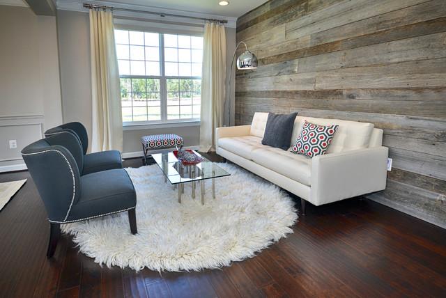 Salón sencillo con paredes de madera