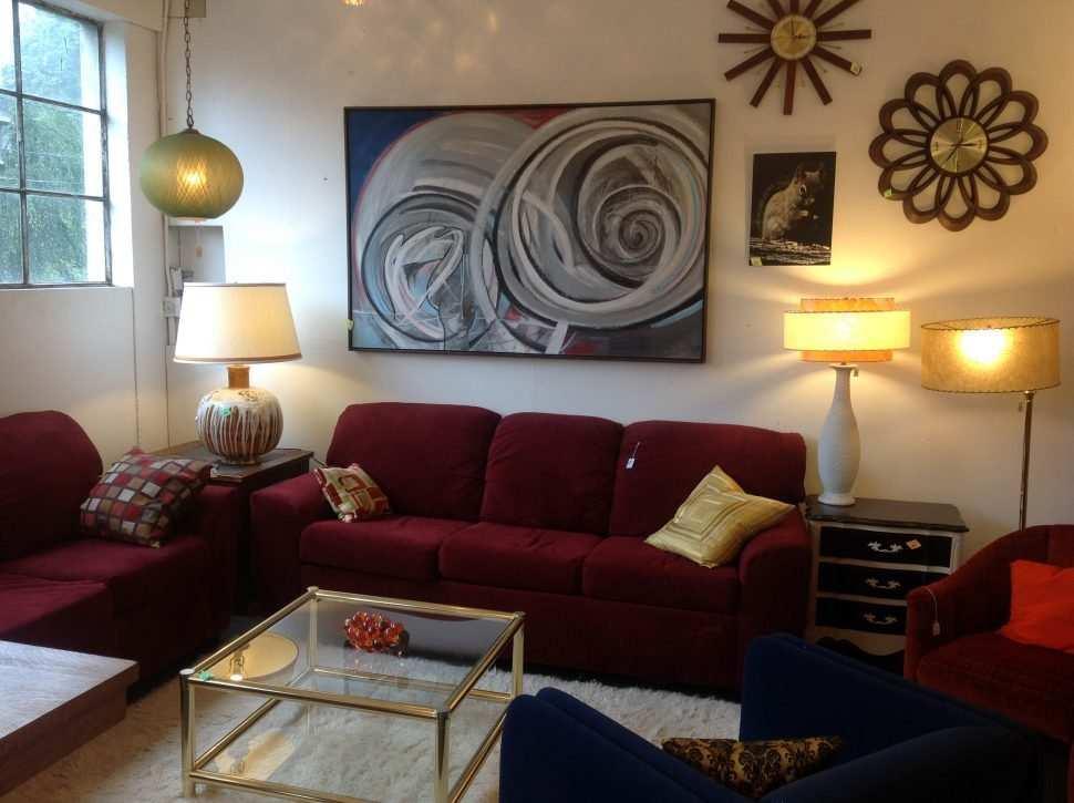 Salón vintage con sofá granate