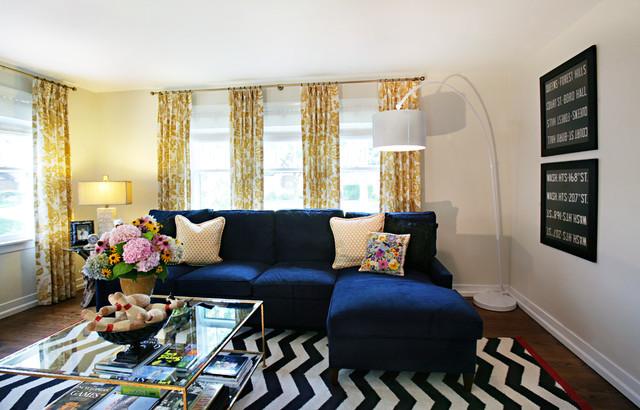 Sofá azul oscuro en un salón pequeño