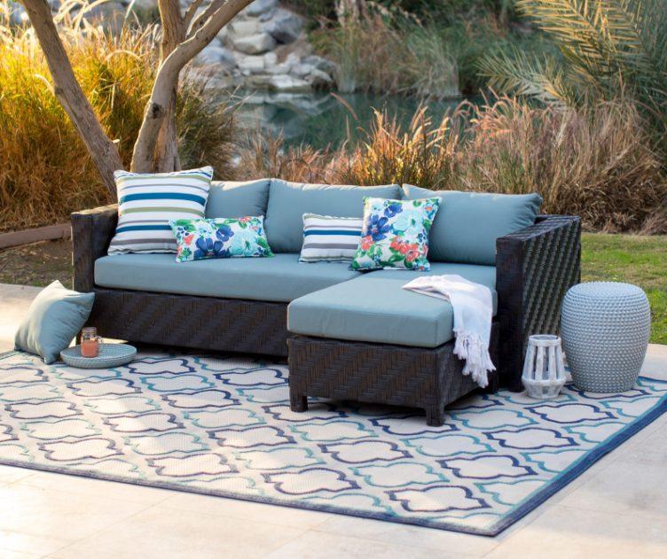 Sofá gris con cojines azul claro para la terraza