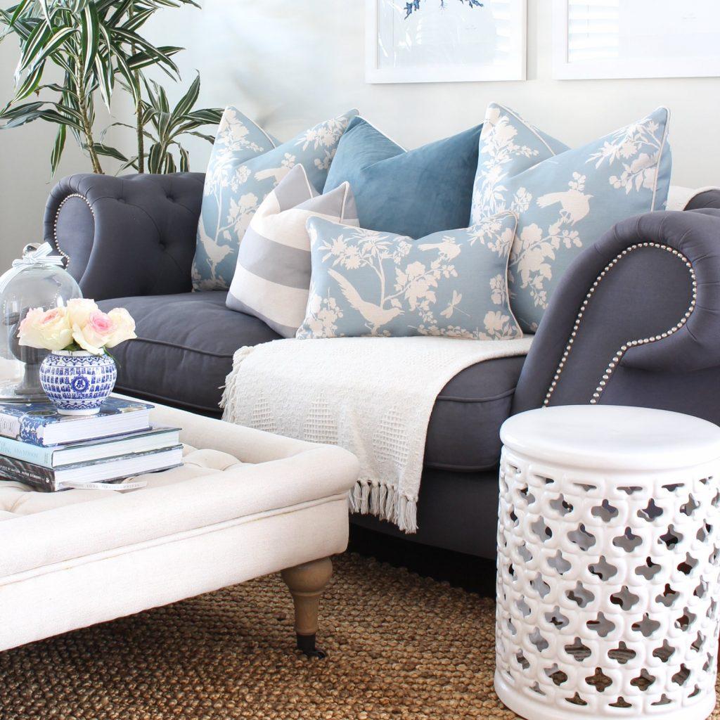 Sofá gris con cojines azules estampados