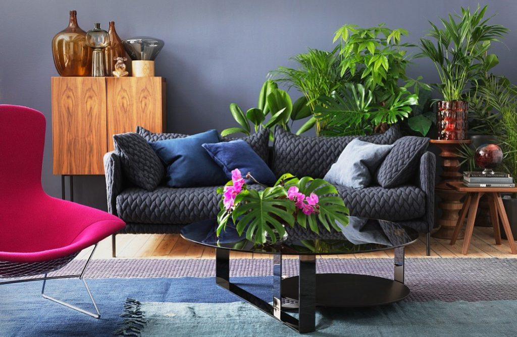 Sofá gris mullido con cojines azules