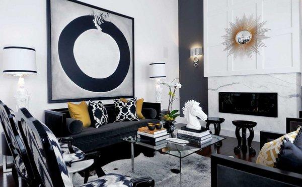 Sofá oscuro en salón blanco, gris y azul marino