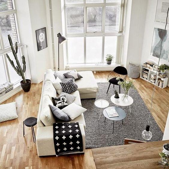 Un poco de negro para tu salón blanco y gris con madera