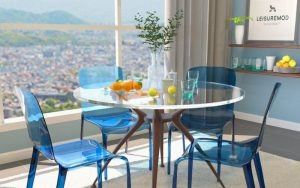 comedor con sillas transparentes