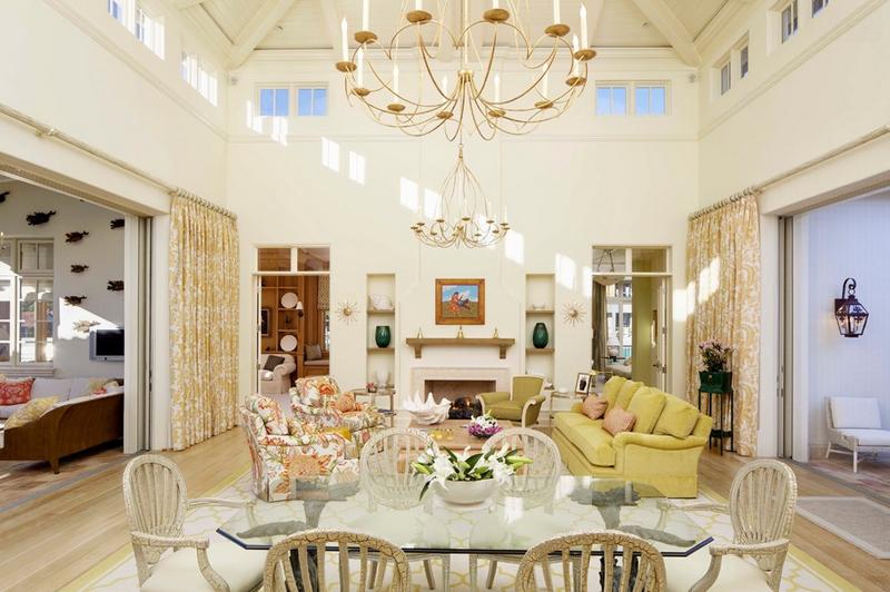 Salón blanco con velas en el candelabro del techo