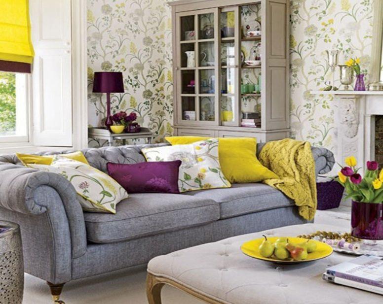 salón con sofá gris con cojines amarillos, purpuras y blancos