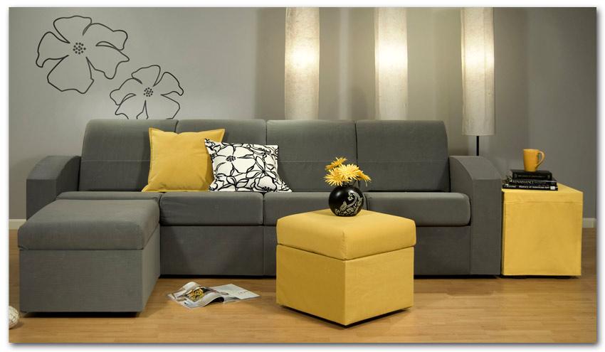 salón con sofá gris y cojin amarillo con flores