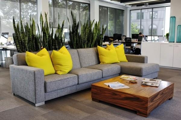 salón moderno con sofá gris y cojines amarillo canario