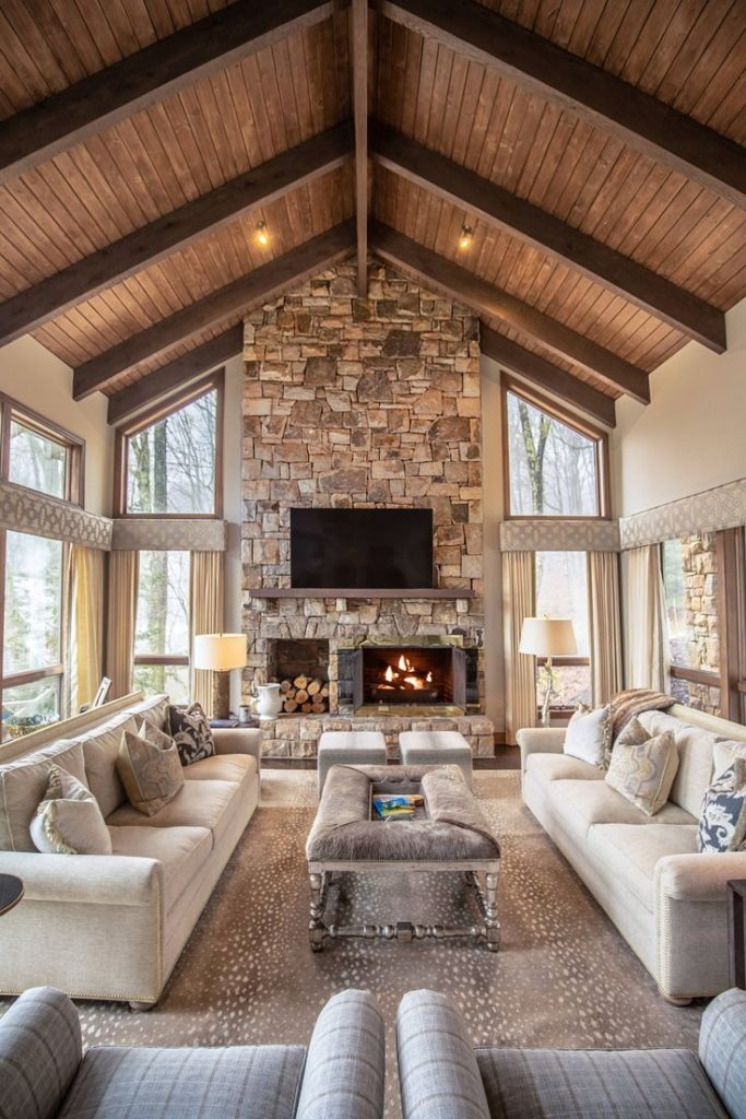 Casa rural con chimenea en tonos neutros