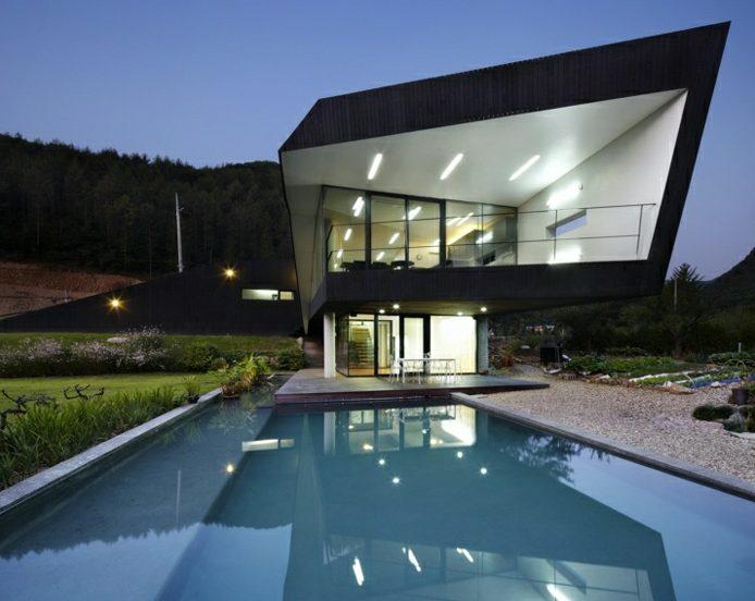 Casa grande moderna de líneas marcadas