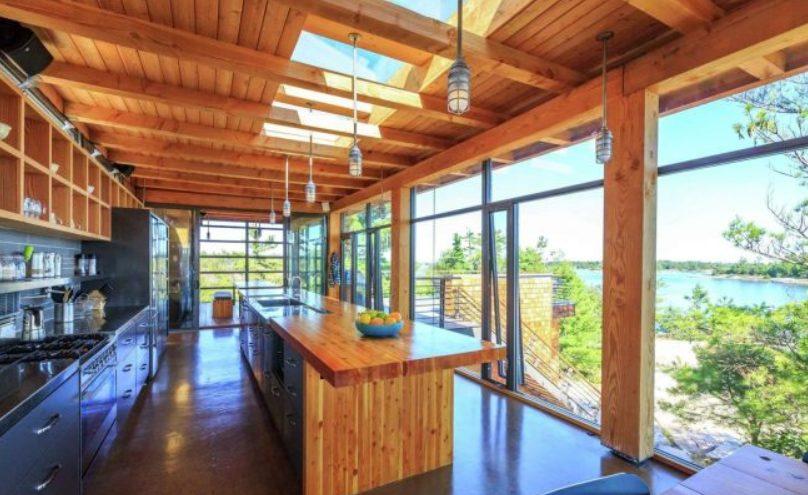 Casa grande moderna con cocina ventilada