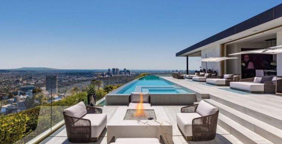Casa grande moderna con piscina infinita