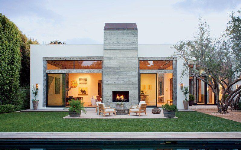 Casas planta baja modernas con chimenea en el exterior