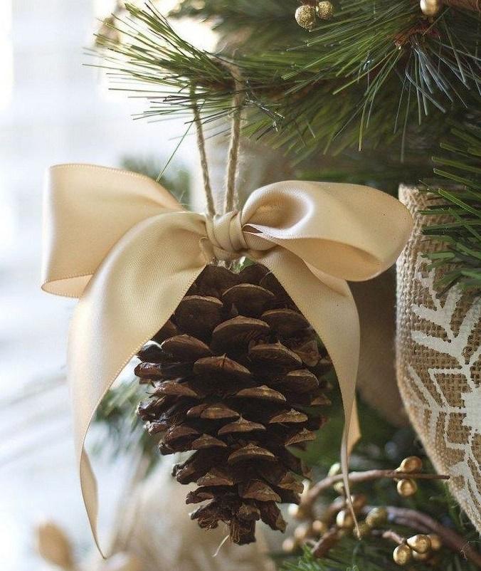 Piñas de Pino Colgantes en un árbol rústico navideño