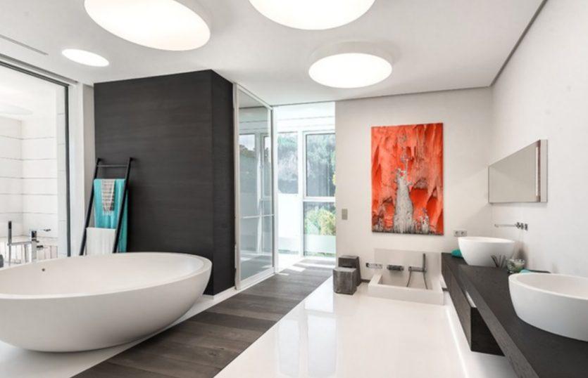 Casa grande moderna con baño minimalista