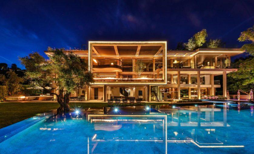 Casa grande moderna con iluminación led