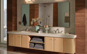 Baños modernos con espejos grandes