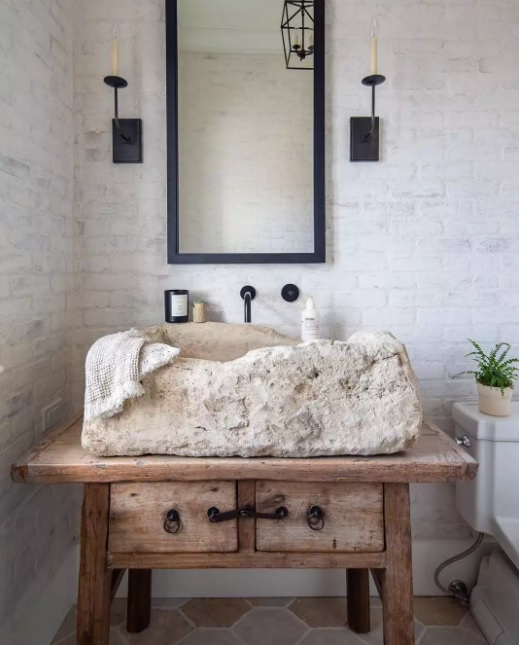 baños pequeños rústicos con lavamanos de piedra