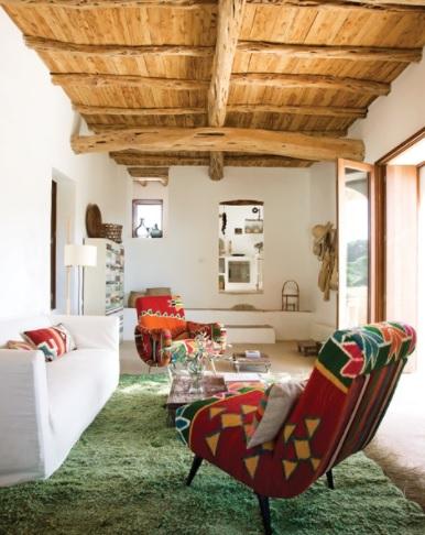 Experimentando con tonos más intensos de madera en una casa mediterránea