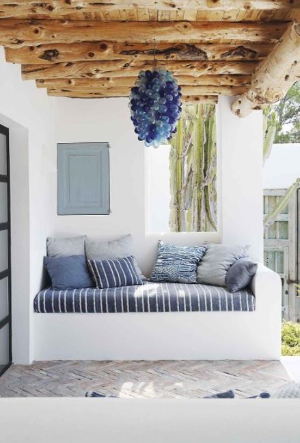 Una combinación entre madera y paredes encaladas para una casa mediterránea