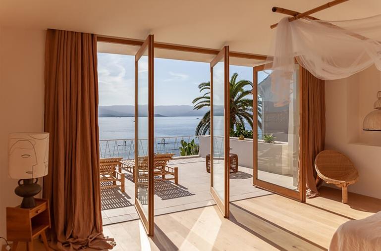 Casas de estilo mediterráneo en madera de verano