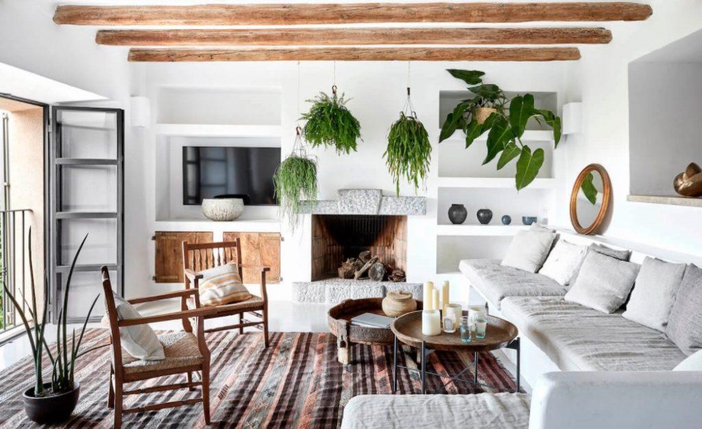 Balance perfecto: una casa fresca y mediterránea con vigas de madera