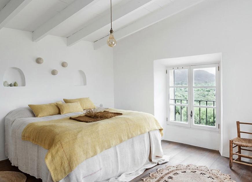 Sencillez y pureza: las claves para una casa mediterránea de 2 pisos