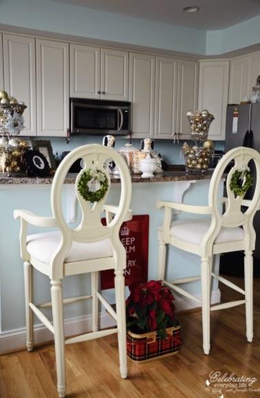 decoración navideña para barras de cocina con bolas de navidad