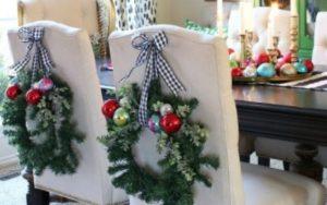 Decoración para las sillas del comedor en navidad con piñas