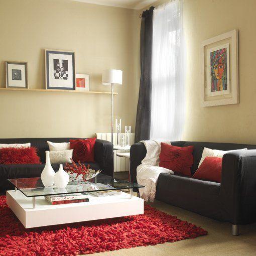 Sofá gris con cojines rojos en diversas texturas