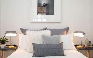 cojines gris para la cama