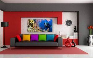 sofa negro con cojines coloridos